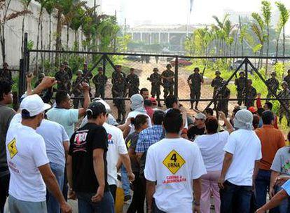 Partidarios del presidente Manuel Zelaya se enfrentan a las tropas desplegadas alrededor de la Casa Presidencial en Tegucigalpa.