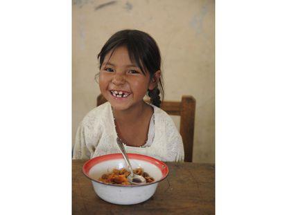 Las comidas escolares incentivan la asistencia a clase y contribuyen a que niños y niñas tengan acceso al menos a una comida nutritiva al día. Unos 368 millones de niños y niñas en todo el mundo, desde educación infantil a secundaria, reciben algún tipo de alimentación en las escuelas. Por el alcance e impacto de esta red de protección, el 3 de marzo se celebra el Día Internacional de las Comidas Escolares. Además, este año, la Unión Africana declaró por primera vez el 1 de marzo como el Día de África para la Alimentación Escolar, destacando su importancia para reducir el ciclo de hambre y pobreza en el continente. Recogemos aquí imágenes de algunos de los 65 países en los que el Programa Mundial de Alimentos (WFP, en sus siglas en inglés) facilita este servicio a unos 20 millones de pequeños cada año. En la imagen, una niña recibe su almuerzo en la escuela de Thaku Pampa, en Bolivia.