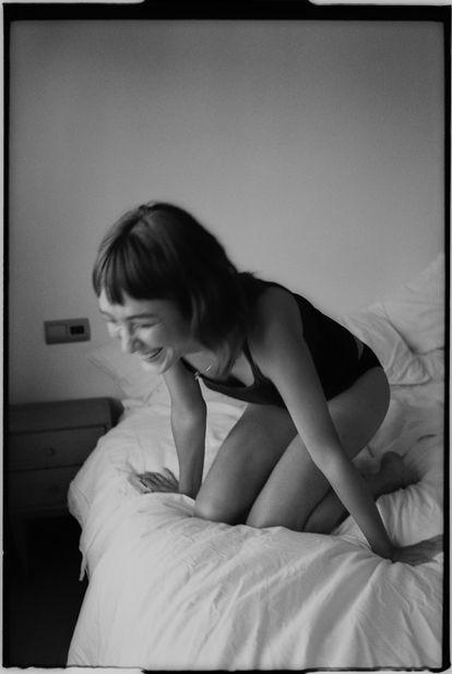 La actriz, que fue modelo, se sonroja frente a la cámara y se ríe de puro nervio.