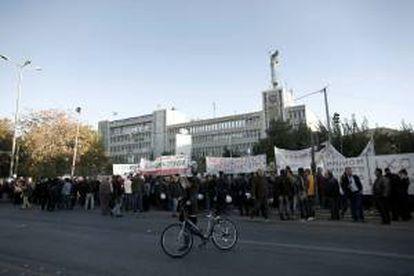 Decenas de personas se manifiestan en apoyo a los trabajadores de la televisión pública griega ERT, en la sede de ERT en Atenas (Grecia) ayer.