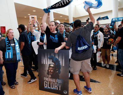 Los primeros hinchas del equipo de Beckham, este lunes en el auditorio donde se anunció su entrada en la Major League Soccer.