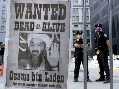 """Portada de un periódico con el mensaje """"se busca"""" y la cara de Bin Laden, en Nueva York en septiembre de 2001."""