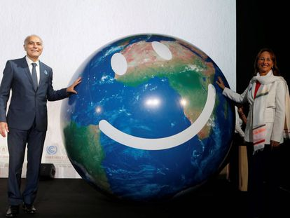 Mezuar, ministro marroquí y nuevo presidente de la COP22, con su predecesora, Royal, este lunes en Marrakech.