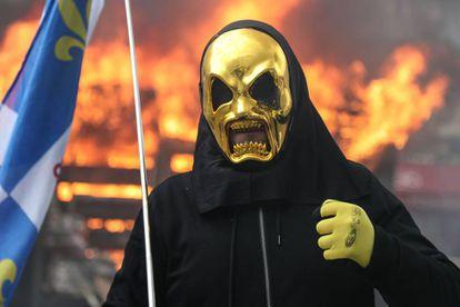 Uno de los manifestantes de los 'chalecos amarillos', este sábado en la protesta en los Campos Elíseos de París.