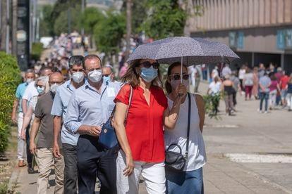 Cola de personas esperando a vacunarse en el Estado Olímpico de Sevilla el 20 de mayo.