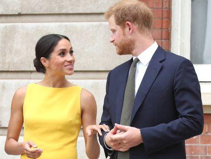 Enrique y Meghan, duques de Sussex, en un encuentro con jóvenes de la Commonwealth, el 5 de julio en Londres.