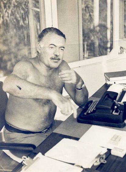Ernest Hemingway ante su máquina de escribir en su finca cubana.