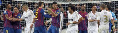 Jugadores del Barça y el Madrid discuten en un lance de un partido.