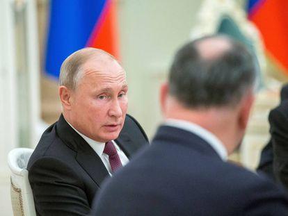 El presidente ruso, Vladímir Putin, conversa con el presidente moldavo, Igor Dodon, en el Kremlin de Moscú este miércoles.