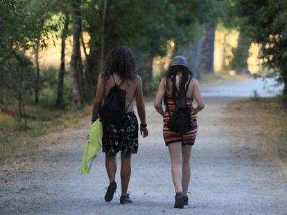 Dos personas pasean por un sendero en la zona Los Batanes, en Madrid.