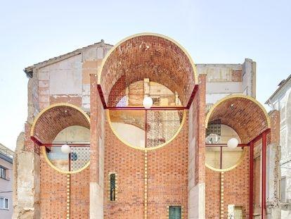 Dos arquitectos locales remodelaron y adaptaron el muro de fiesta de Can Saula, en la ciudad catalana de Olot, para hacerle un poco de justicia póstuma a un edificio con arraigo local al que tiempo había maltratado.