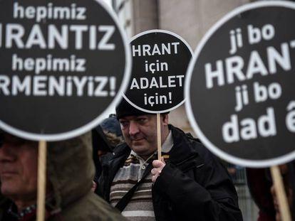 """Manifestantes con pancartas en las que se lee """"Todos somos Hrant, todos somos armenios"""" y """"Por Hrant, por la Justicia"""" frente al tribunal de Çaglayan el pasado 16 de enero."""