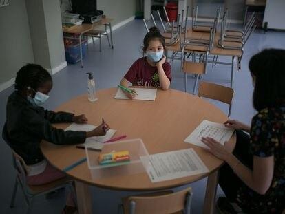 Primer día de clase en fase 2 en el instituto escuela Els Til.lers, en Barcelona, el 8 de mayo de 2020.