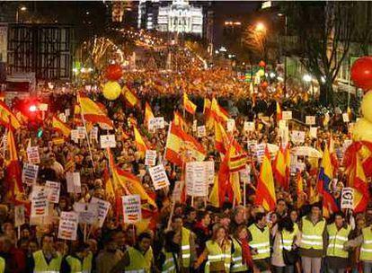 Imagen de un momento de la manifestación, en la que predominaron los colores rojo y amarillo de las banderas.