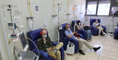 Cuatro pacientes en una sesión de quimioterapia en el hospital de día de oncología de La Paz.