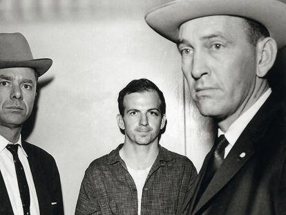 Oswald, el asesino de Kennedy, esposado.