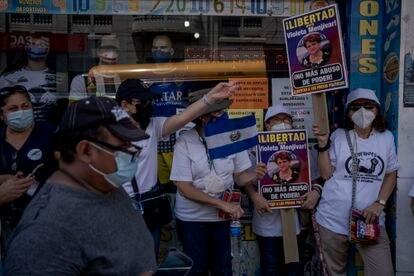 Algunos manifestantes pidieron la liberación de los exfuncionarios del gobierno del FMLN que fueron detenidos y acusados por actos de corrupción.