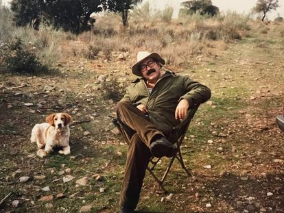 Manu Leguineche, durante una jornada de caza, una de sus grandes aficiones.