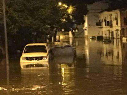 La localidad malagueña de El Trapiche, inundada por la rotura de una tubería. Ayuntamiento de Vélez-Málaga. Vídeo: @ser_malaga, @remsanluis