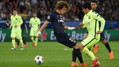 Suárez le hace un caño a David Luiz.
