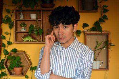 El escritor Ocean Vuong, en su casa.