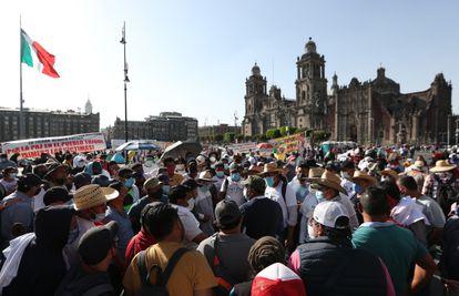Un grupo de maestros de diferentes estados de México protestan en el zócalo en Ciudad de México, este miércoles.
