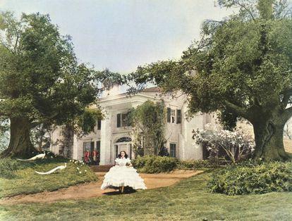 Escarlata O'Hara saliendo de Doce Robles, su residencia con esclavos negros en 'Lo que el viento se llevó'. |