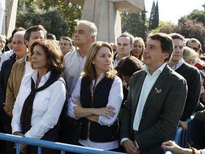 Quiroga, entre Ana Botella e Ignacio González en un momento de la manifestación de la AVT.