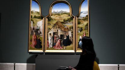 La 'Adoración de los Magos' del Bosco el día de la reapertura de la sala donde permanecen las obras del artista, en el Prado.