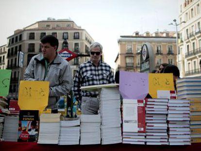 Puesto de libros en la Puerta del Sol.
