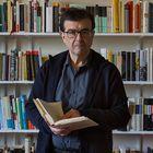 19/02/21  Javier Cercas, Escritor. En la foto en su casa de Verges, Girona en donde se encuentra trabajando durante la pandemia, aunque reside en Barcelona.