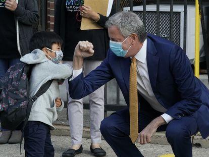 El alcalde, Bill de Blasio, saluda a un niño de Queens en el primer día de la vuelta al colegio.