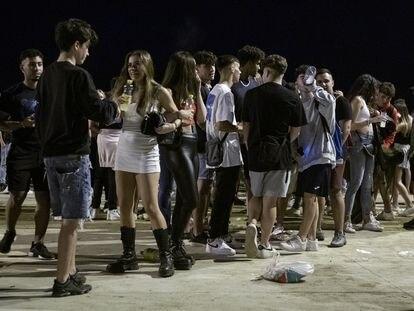 Botellón en la playa de Barcelona durante la tercera noche de su fiesta mayor, el pasado fin de semana.