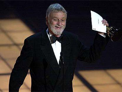 Conrad L. Hall saluda al público tras recibir un Oscar por <b></b><i>American Beauty.</i>