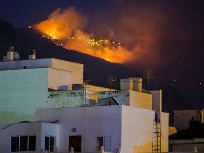 Frente del incendio cerca de Agaete, en Gran Canaria, la noche del lunes.