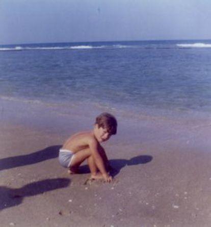 John, hijo del expresidente jugando en la playa.