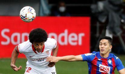 Koundé se impone en un balón aéreo a Muto, delantero del Eibar.