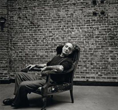 """El cazador errante. Alberto García-Alix (León, 1956), premio Nacional de Fotografía 1999, mantiene la mirada tensa y capaz de seguir sorprendiéndose con lo que le rodea. """"Es una tensión obsesiva que quizá corresponda a mi alma infantil. La fotografía es el espacio para inventarme, representa la posibilidad de soñar lo que vi""""."""