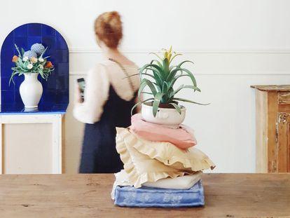 El trampantojo de cerámica de la artista Sophie Aguilera es una de las obras protagonistas de The Tiny Art Fair.