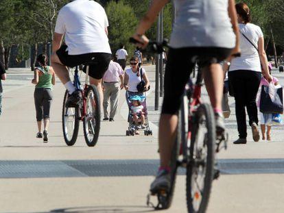 Ciclistas y peatones, en la zona de Madrid Río.