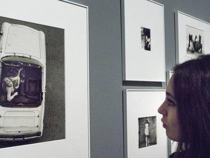 Una joven contempla la fotografía completa de Oriol Maspons, de la que salió la portada original de la primera edición de  'Últimas tardes con Teresa', de Juan Marsé.