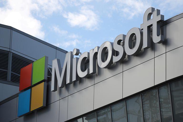 Logo de Microsoft en un edificio de California.