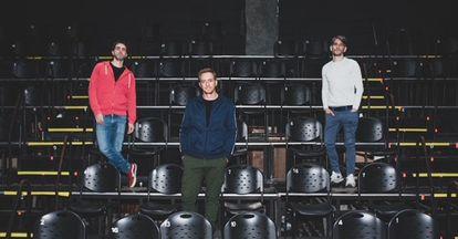 De izquierda a derecha, Gerardo Otero, Claudio Tolcachir y Lautaro Perotti posan la semana pasada para EL PAÍS en la sala Timbre 4 de Buenos Aires.
