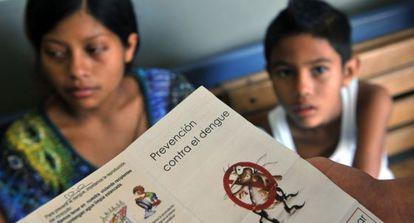 Personal médico reparte información en una clínica de San José.
