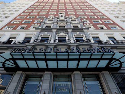 Fachada del Edificio España, que alberga el hotel Riu.