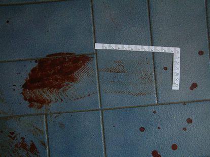 Pisadas ensangrentadas dejadas en el pavimento presuntamente por el autor de los asesinatos de tres de los cuatro miembros de la familia de Salvador Barrio, el 7 de junio de 2004.