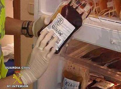 Una de las bolsas de sangre halladas por la Guardia Civil.