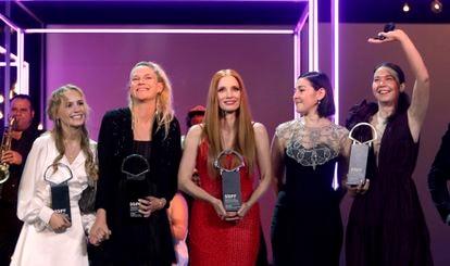 La actriz Flora Ofelia, la realizadora danesa Tea Linderburg, la actriz estadounidense Jessica Chastain y las realizadoras rumanas Adrian Paduretu y Alina Grigore (de izquierda a derecha) posan con los premios recibidos durante la gala de clausura de San Sebastián.