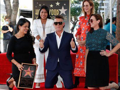 Alejandro Sanz posa junto a la CEO de Universal Music Publishing Group Jody Gerson (de pie a derecha), la actriz mexicana Yalitza Aparicio (de pie a la izquierda) y otras dos invitadas con su estrella en el Paseo de la Fama de Hollywood, este viernes.