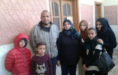 Soraya Lobato (c) junto a su marido e hijos justo antes de salir de Azaz para cruzar a Turquía. Imagen cedida por Soraya Lobato.